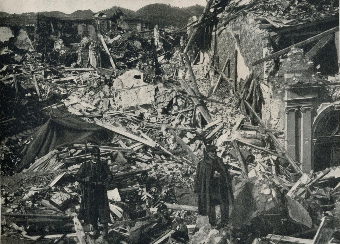 Zerstörte Strasse nach dem Beben