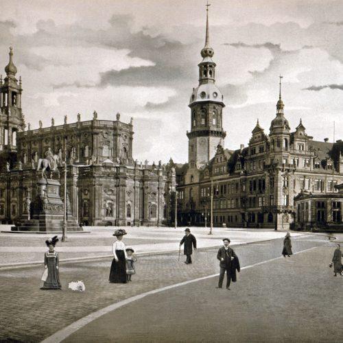 Links die katholische Hofkirche, rechts das königliche Schloss