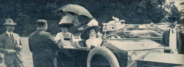 die-woche-1911-ii.-s.1248_prinzessin-heinrich-beglueckwuenscht-gewinner-des-preises-von-der-englischen-koenigin-zum-schoensten-wagen