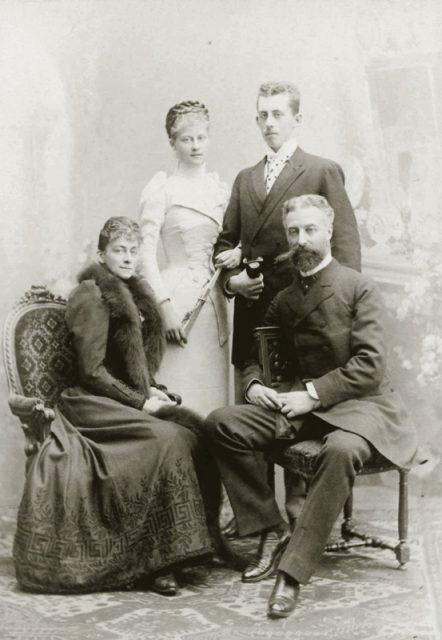 bild7_familienportrait-sophie-charlotte-mit-ihrem-ehemann-und-ihren-kindern
